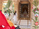 Swamishri doing darshan of Guru Parampara