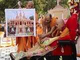 Swamishri begins the day's celebrations at the Yagnapurush Smruti Mandir