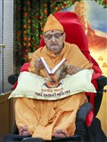 Swamishri reads the Bhaktachintamani