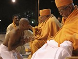 Pujya Kothari Swami blesses a newly initiated parshad