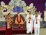 Parents of a sadhak are honored with garlands