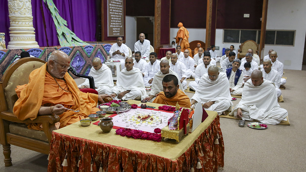 Pujya Ghanshyamcharan Swami performs diksha mahapuja for five parshads to be given diksha as sadhus and seven sadhaks to be given diksha as parshads