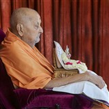 Swamishri arrives in balcony in the afternoon with Shri Harikrishna Maharaj