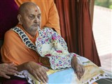 HH Pramukh Swami Maharaj arrives in balcony in afternoon