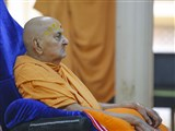 Swamishri engrossed in darshan of Thakorji in the assembly hall