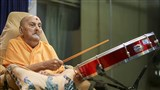 Swamishri plays a drum