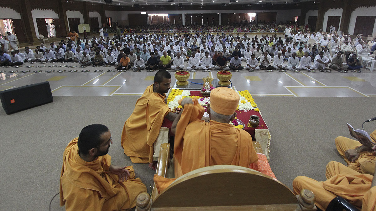 Pujya Kothari Swami and devotees engaged in patotsav mahapuja rituals