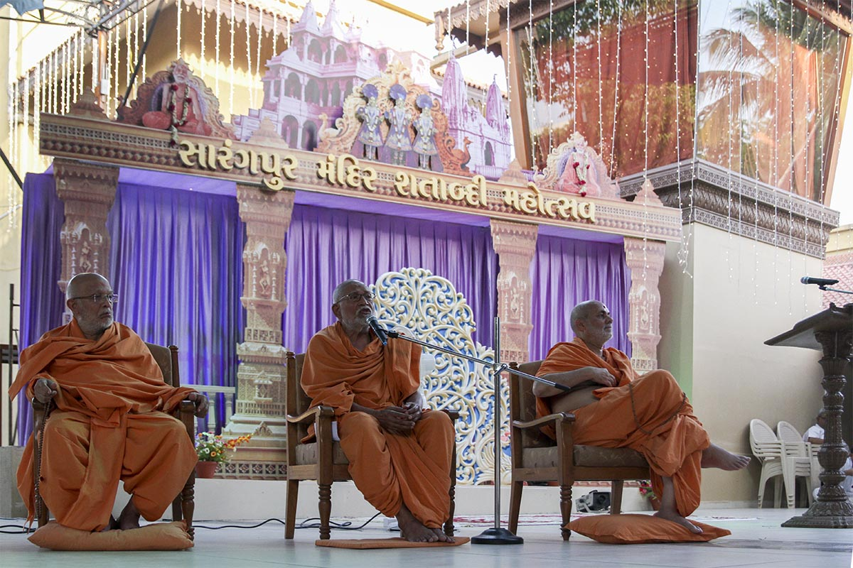 Pujya Kothari Swami delivers a discourse during the evening assembly announcing the beginning of celebrations for Sarangpur Mandir's hundredth year - the Sarangpur Mandir Shatabdi Mahotsav udghosh sabha