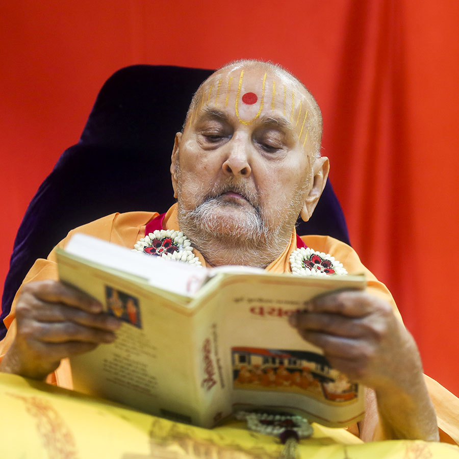 Swamishri reads the Vachanamrut
