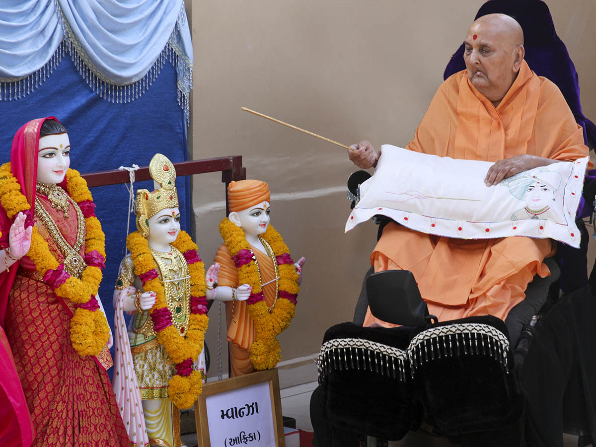 Swamishri performs pratishtha rituals of murtis for Mwanza