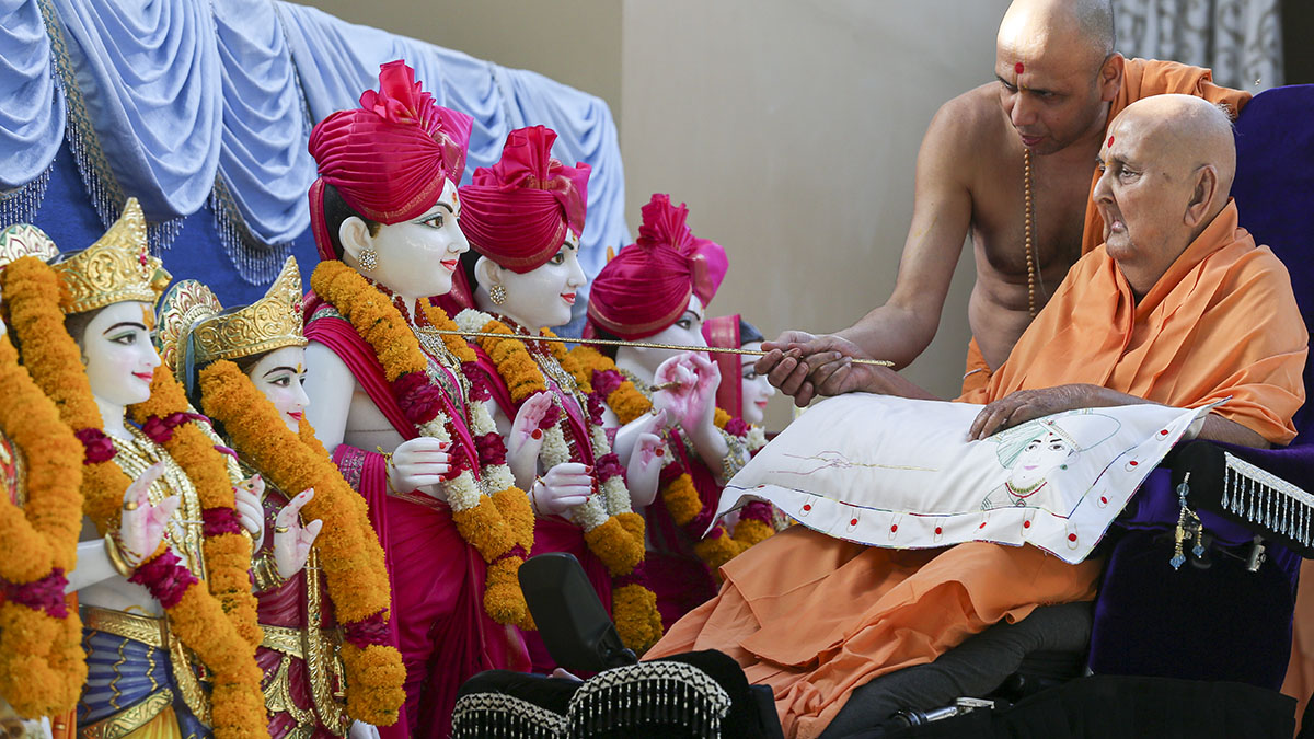 Swamishri performs pratishtha rituals of murtis for Augusta, GA