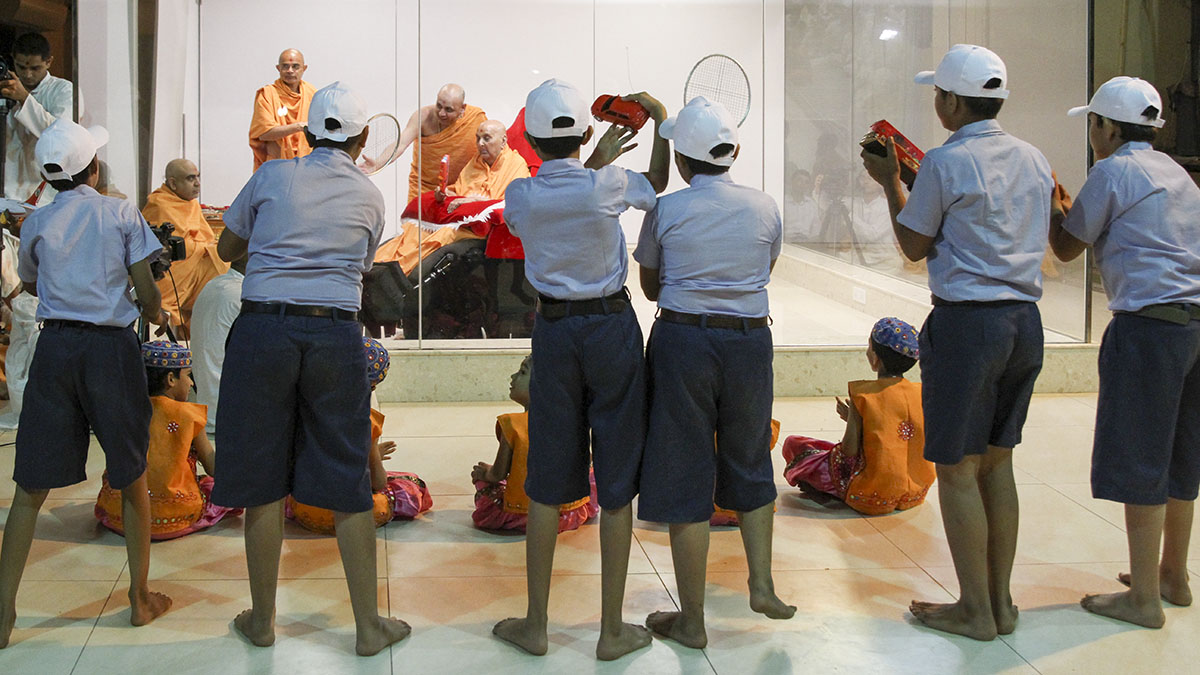 Children perform before Swamishri