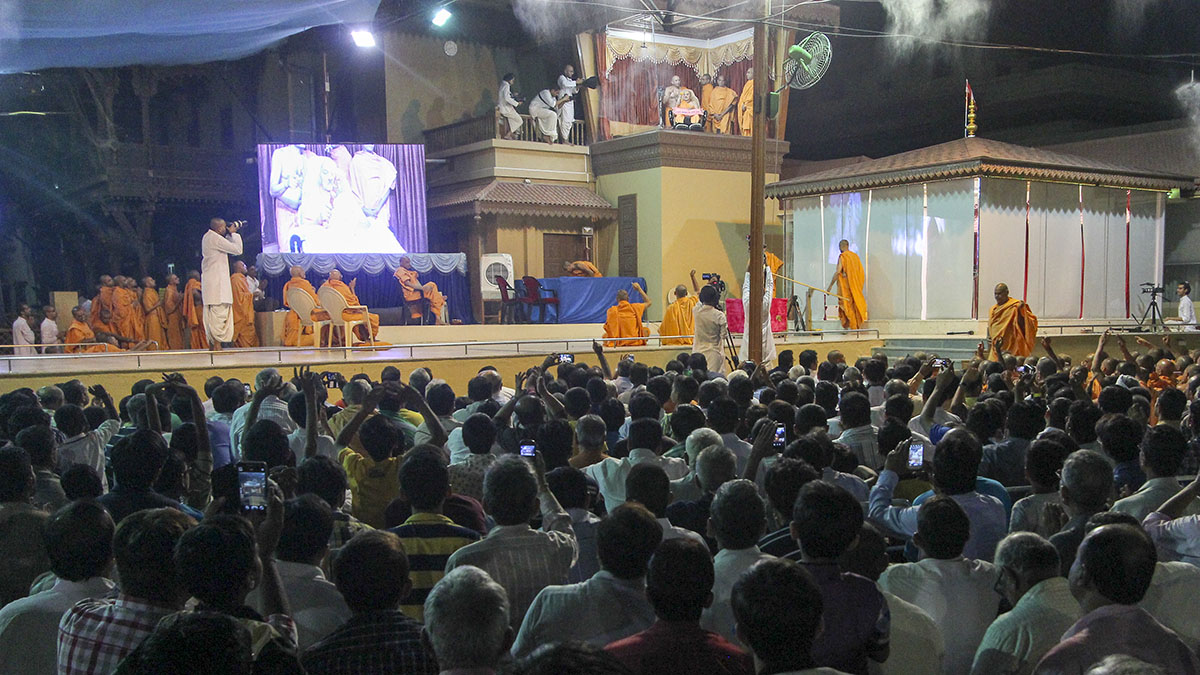 Devotees doing darshan of Swamishri in the balcony