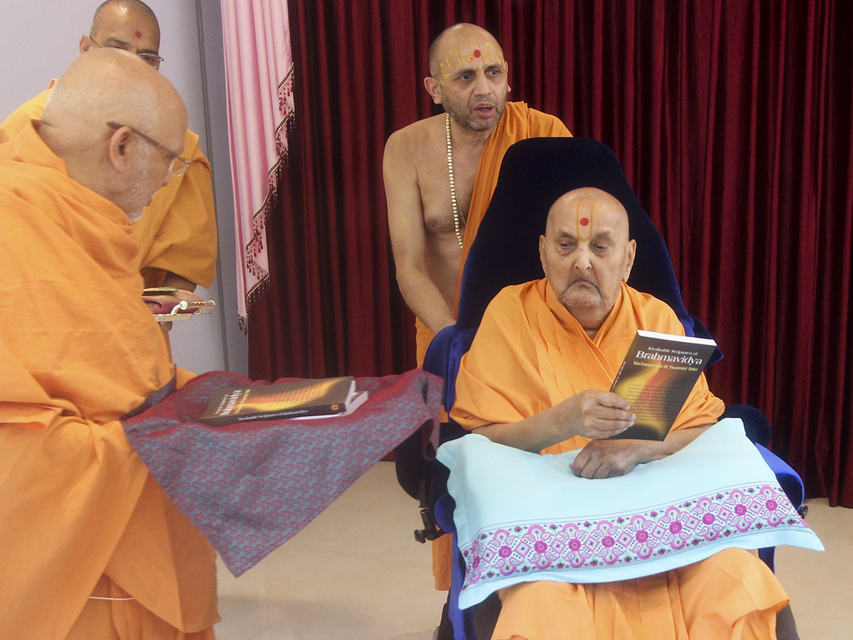 Swamishri inaugurates a new print publication, 'Invaluable Scriptures of Brahmavidya: Vachanamrut and Swamini Vato'