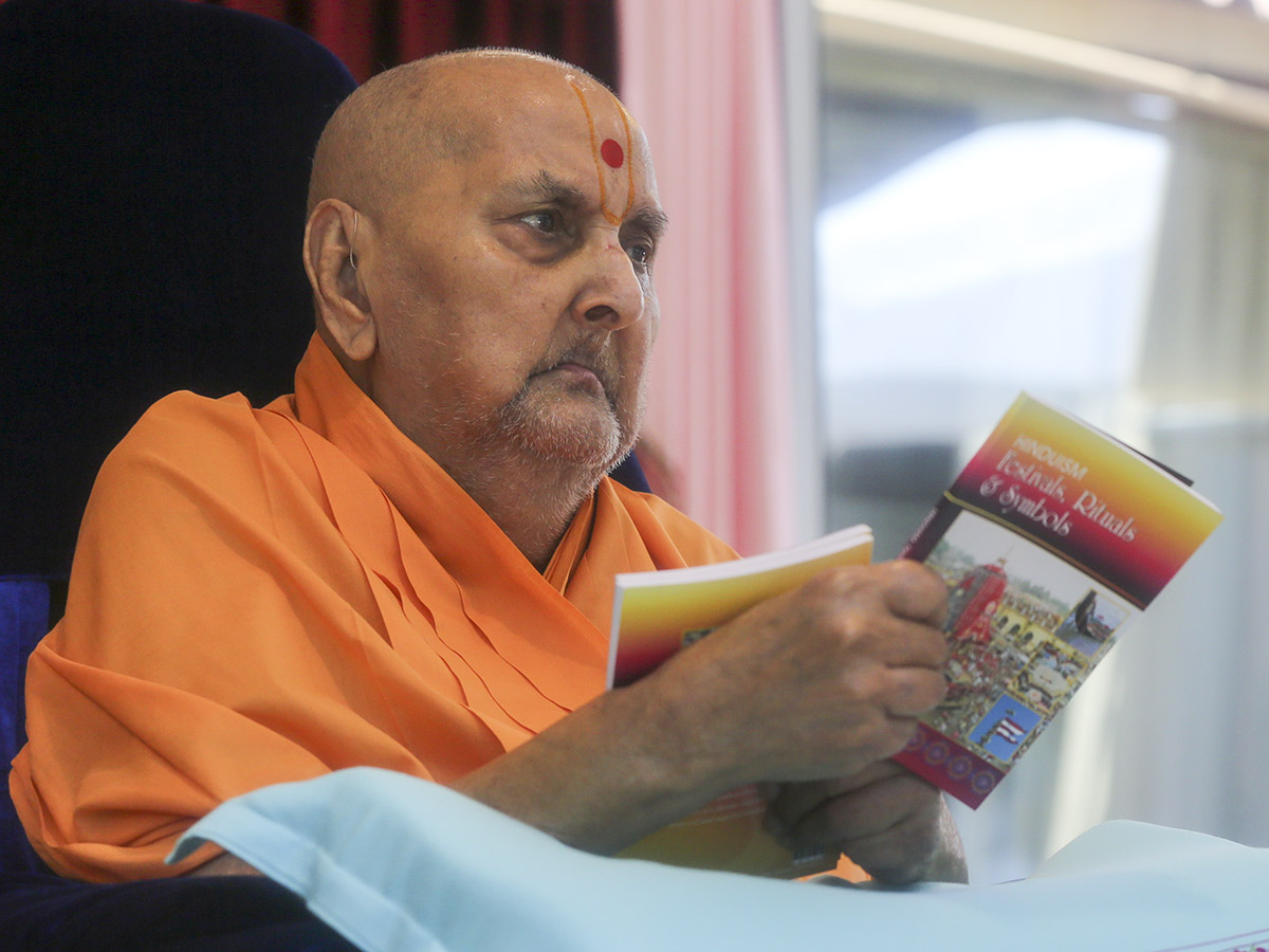 Swamishri inaugurates a new print publication, 'Hinduism Festivals, Rituals and Symbols'