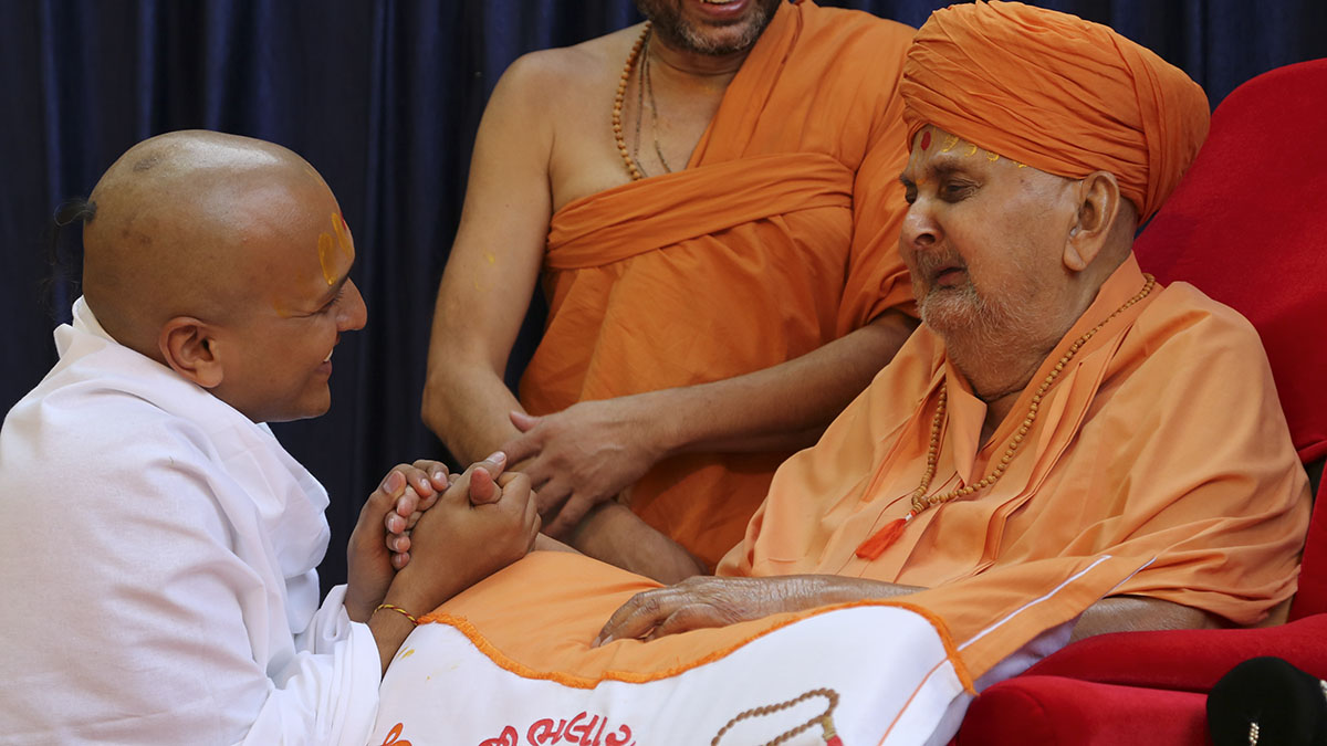Swamishri gives diksha mantra to newly initiated parshads