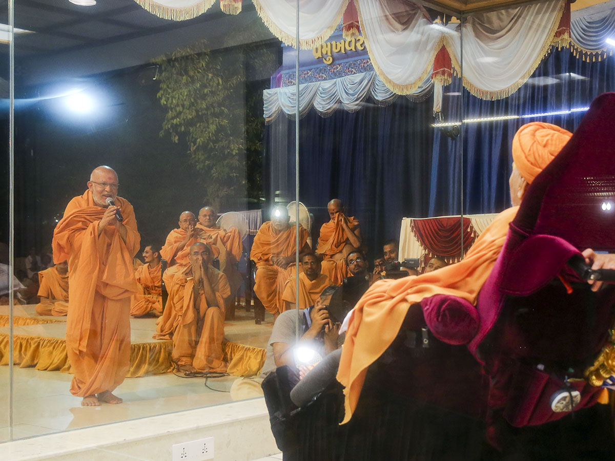 Pujya Ghanshyamcharan Swami prays before Swamishri on Pramukh Varni Din