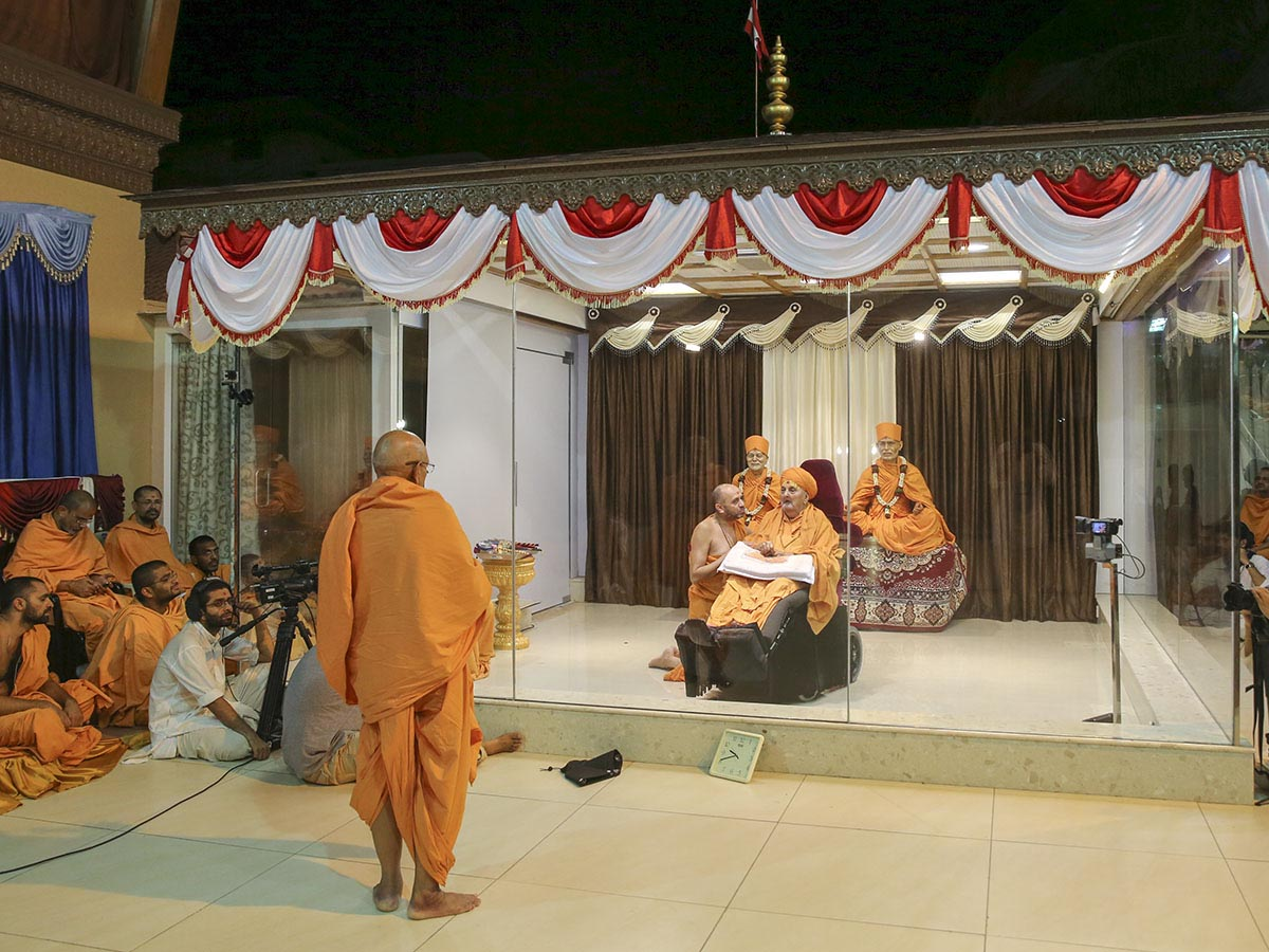 Pujya Tyagvallabh Swami prays before Swamishri on Pramukh Varni Din