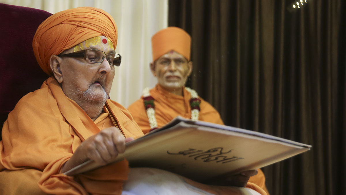 Swamishri reads the oath he took on Pramukh Varni Din (on this date, as per the Gregorian calendar)