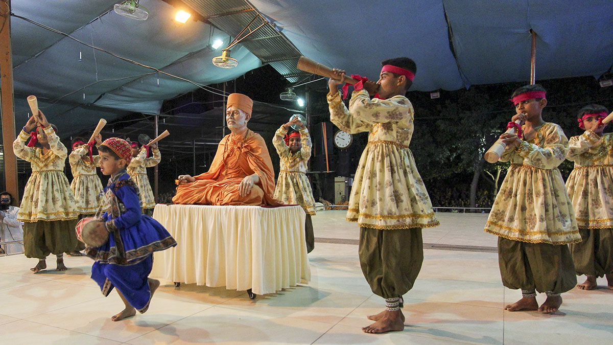 Children from Junagadh perform a cultural dance before Swamishri