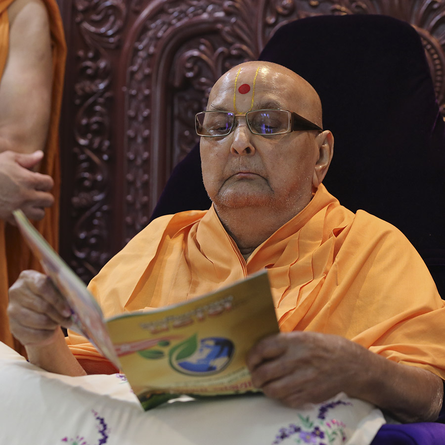 HH Pramukh Swami Maharaj reads the latest issue of Swaminarayan Prakash