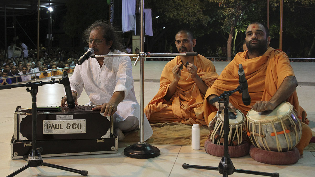 Kummar Chatterjee performs kirtan bhakti in front of Swamishri