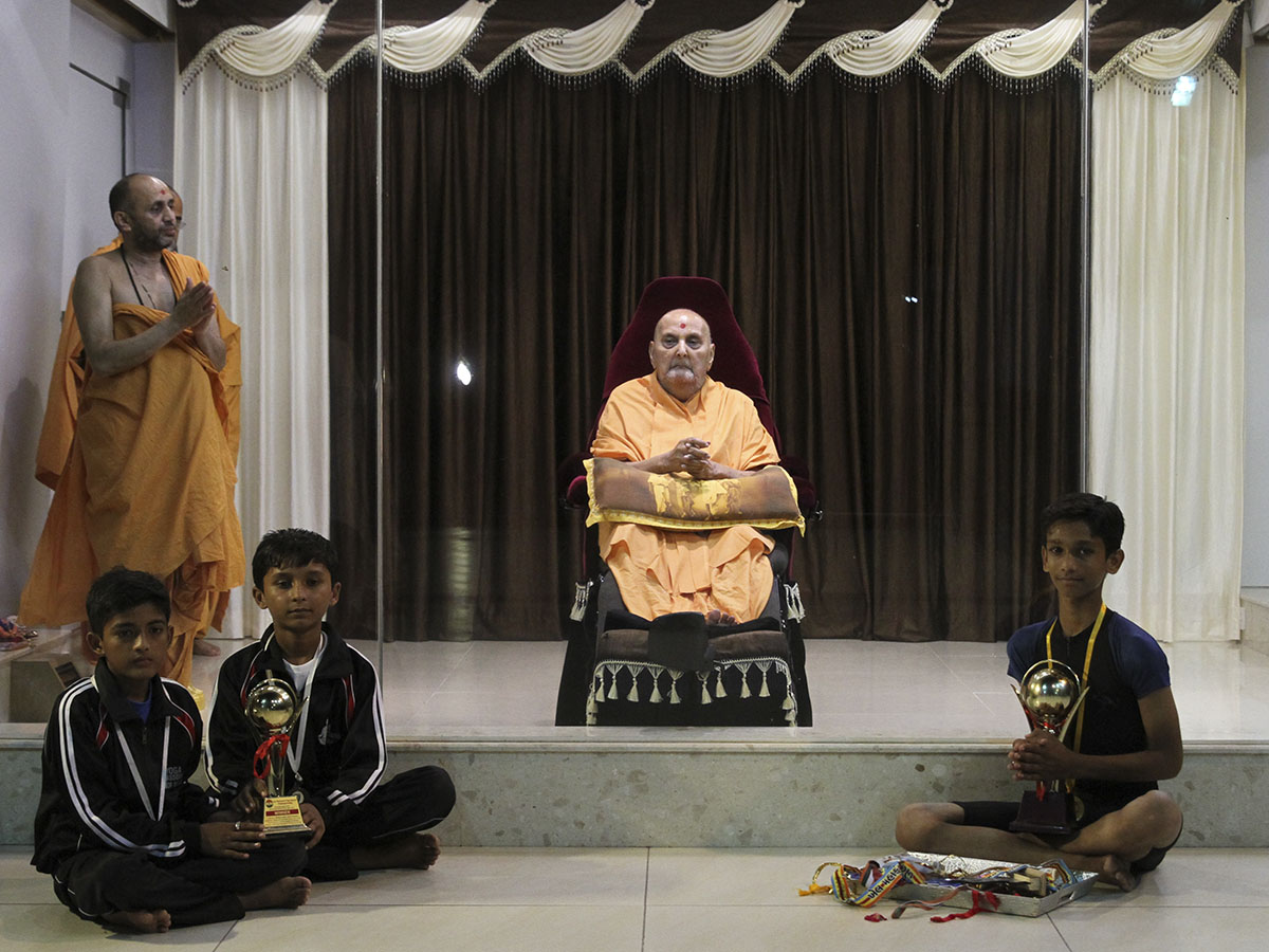 Children from Botad with Swamishri