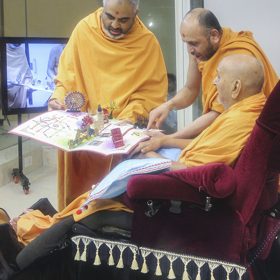 Swamishri sanctifies a card from London