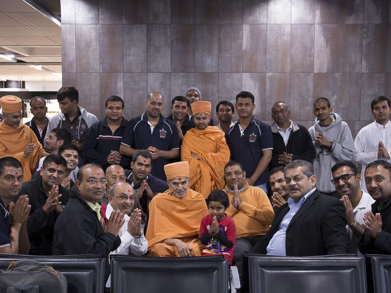 Pujya Mahant Swami departs from Perth