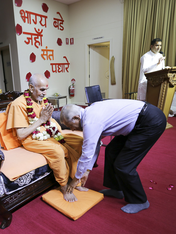 Pujya Mahant Swami honored with a garland