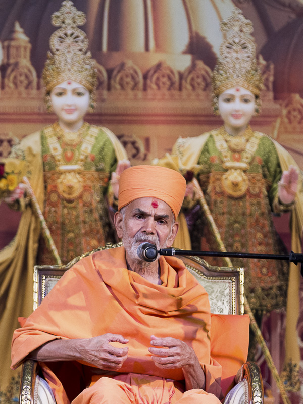 Pujya Mahant Swami blesses the assembly