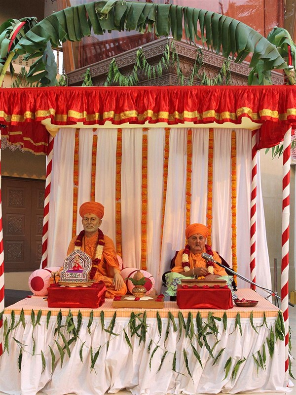 Swamishri arrives in the mandir grounds, in a re-creation of the parayan that he conducted in Brahmaswarup Shastriji Maharaj's presence in Babra