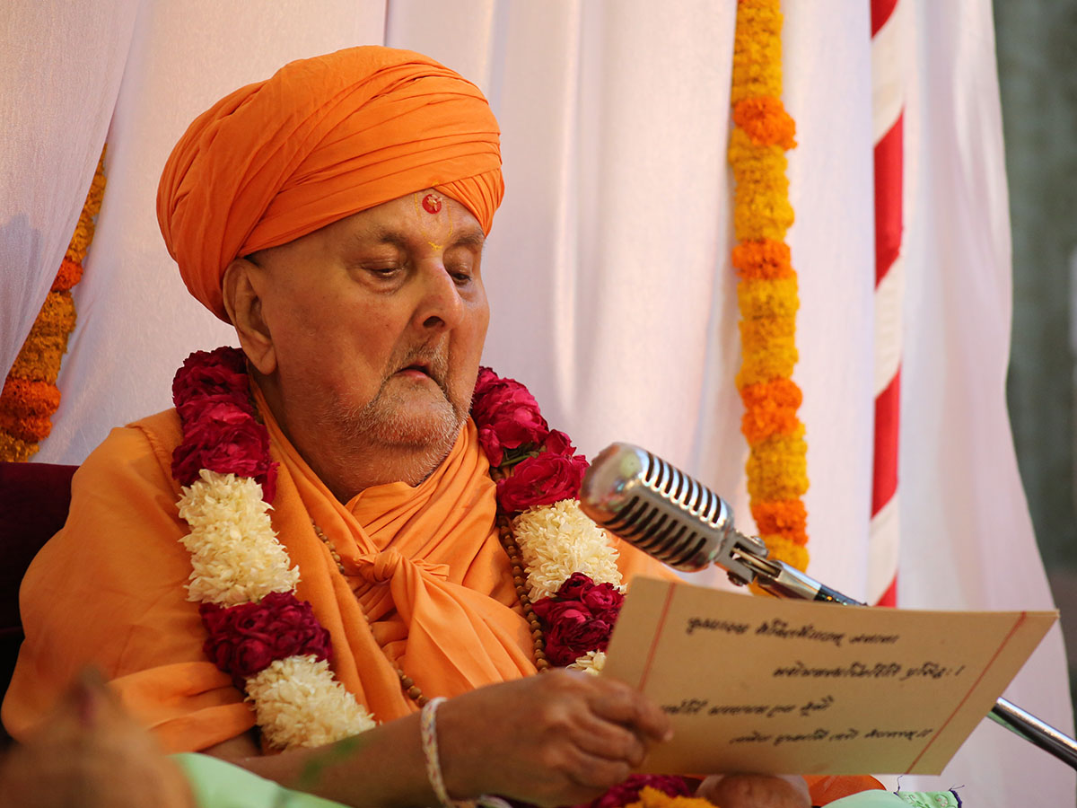 Swamishri reads out from the scriptures as a re-creation of the parayan