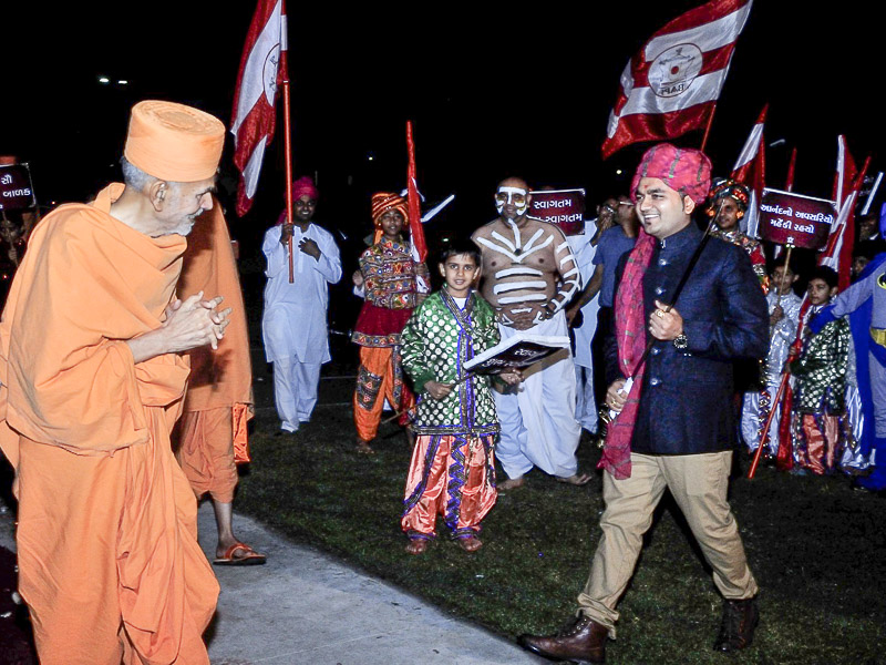 Devotees welcome Pujya Mahant Swami