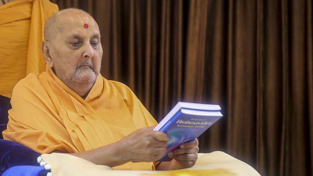 Swamishri inaugurates an English print publication, 'Realization of Brahmavidya : Swaminarayan Theology'