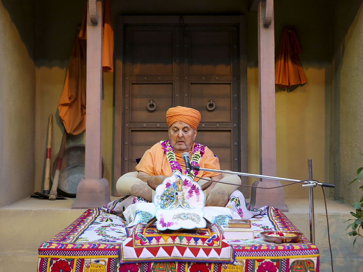 Swamishri in a re-creation of Vachanamrut nirupan that he conducted in Sarangpur