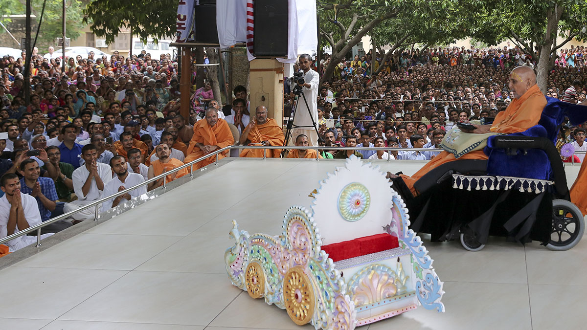 To celebrate Rathyatra, Swamishri drives Shri Harikrishna Maharaj in a remote controlled rath (chariot)