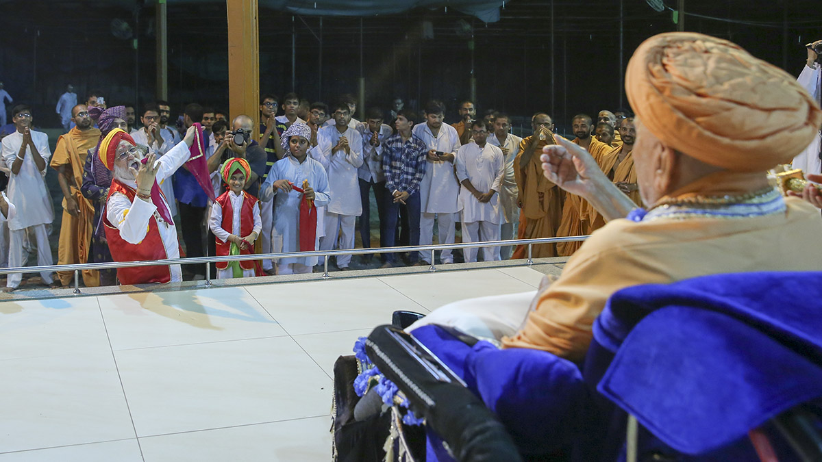 A devotee rejoices before Swamishri