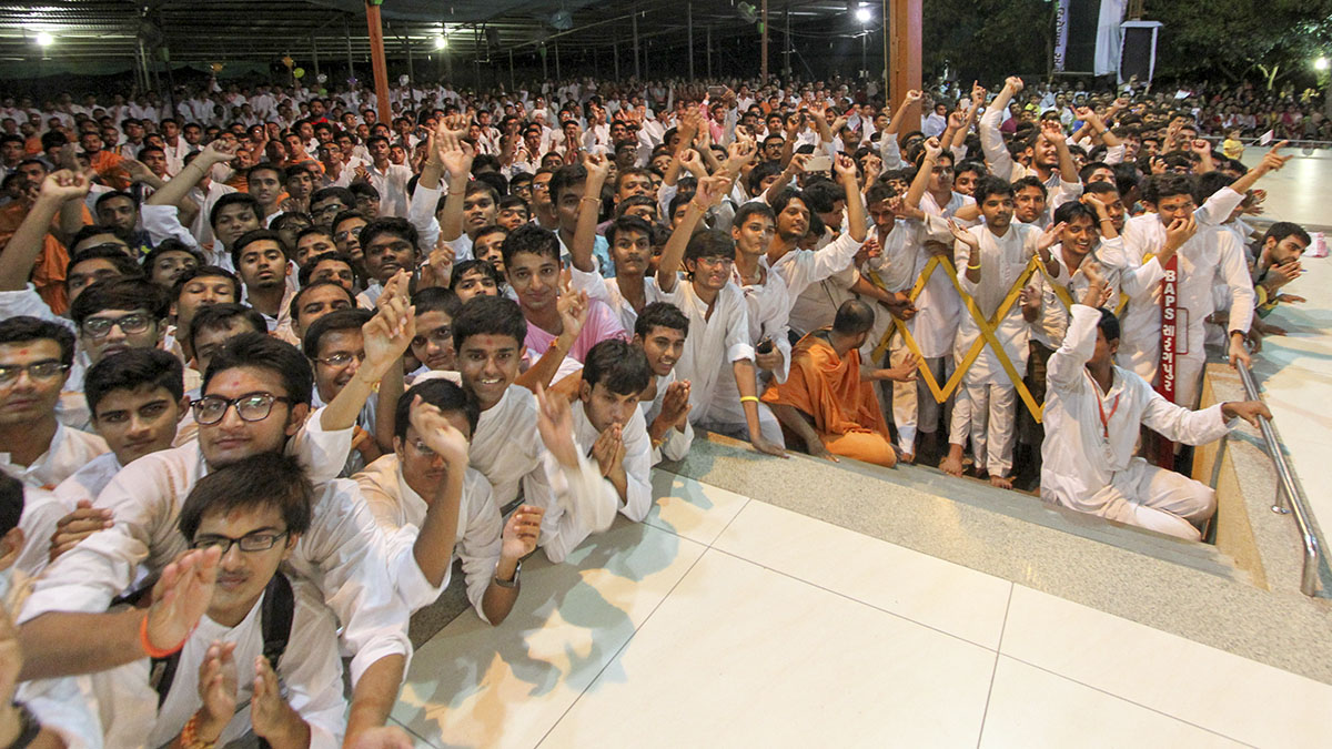 Students of chhatralayas doing darshan of Swamishri