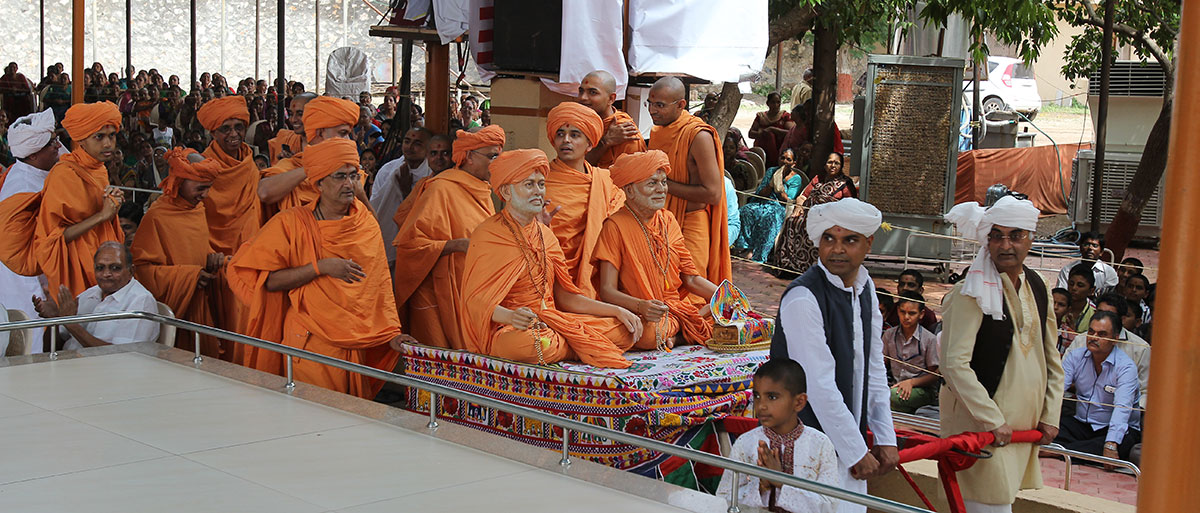 Shri Harikrishna Maharaj is brought in the mandir grounds on a cart