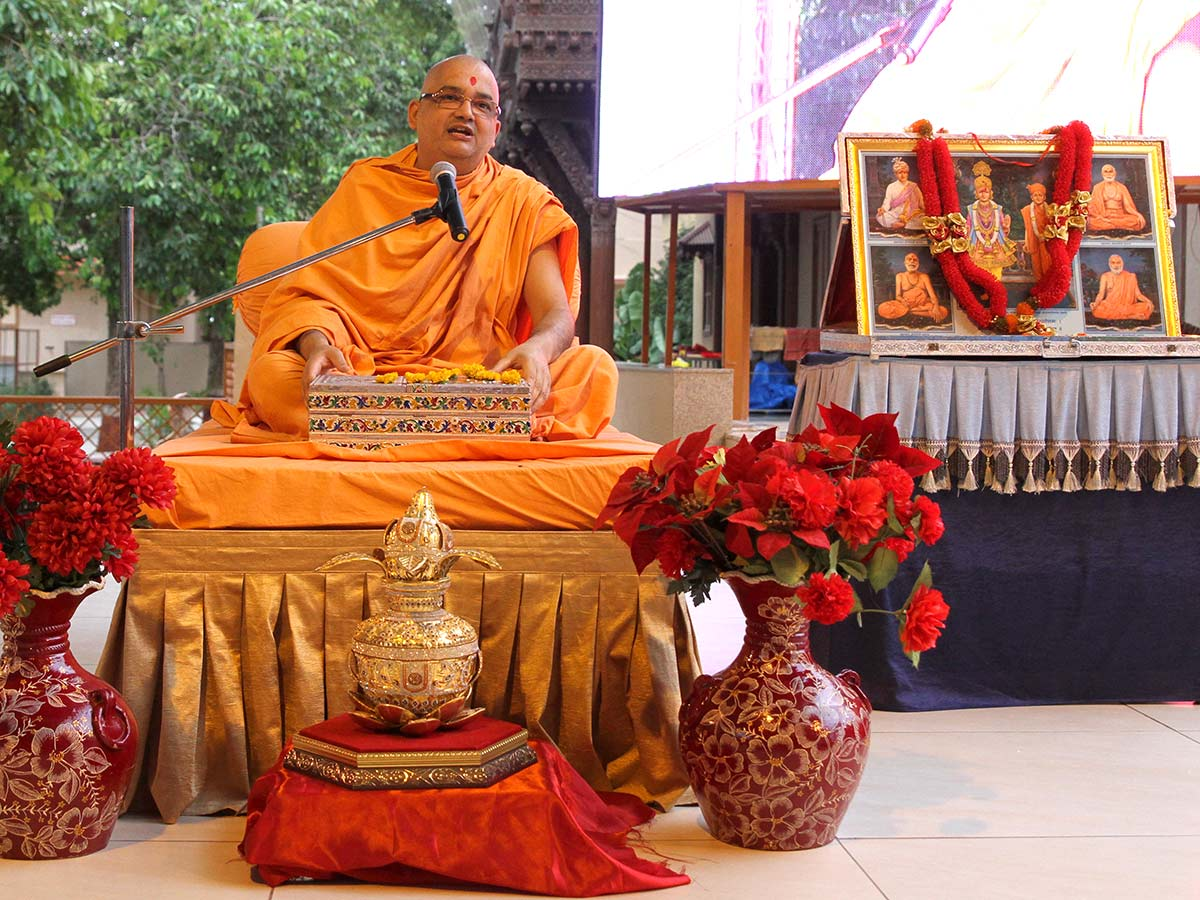 Pujya Bhadresh Swami performs a parayan