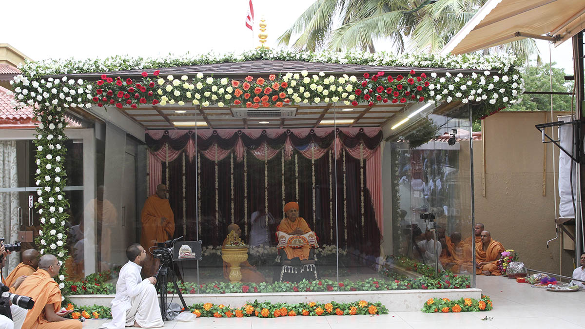 Swamishri arrives in the mandir grounds in the morning of Guru Purnima