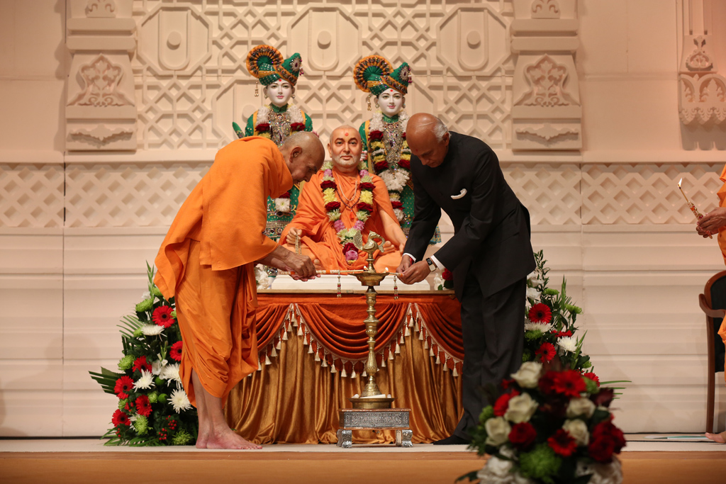 Pujya Mahant Swami and the High Commissioner of India, HE Ranjan Mathai, light the holy lamp