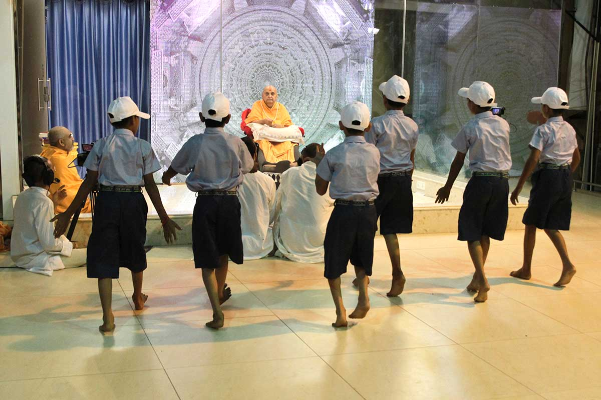 Children perform a cultural dance before Swamishri