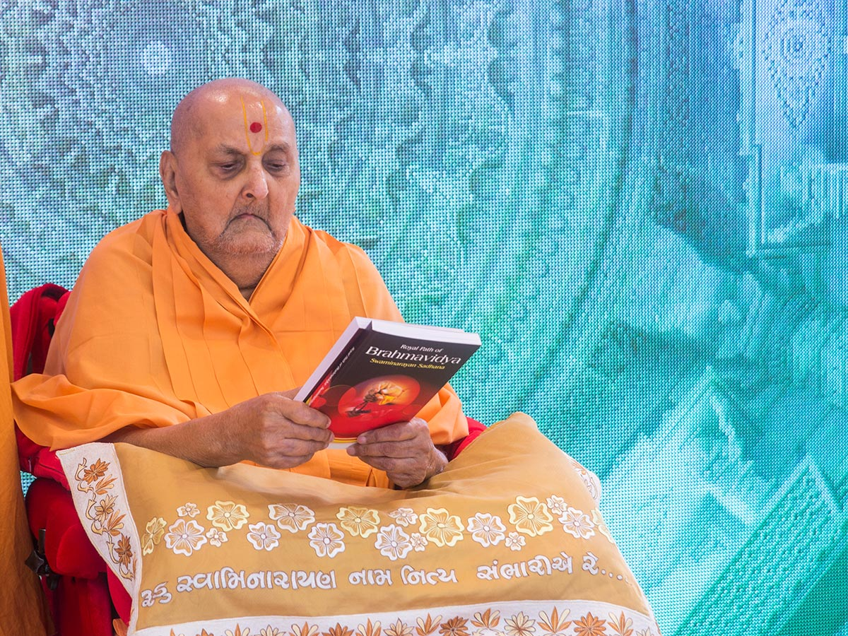 Swamishri inaugurates an English print publication, 'Royal Path of Brahmavidya - Swaminarayan Sadhana'