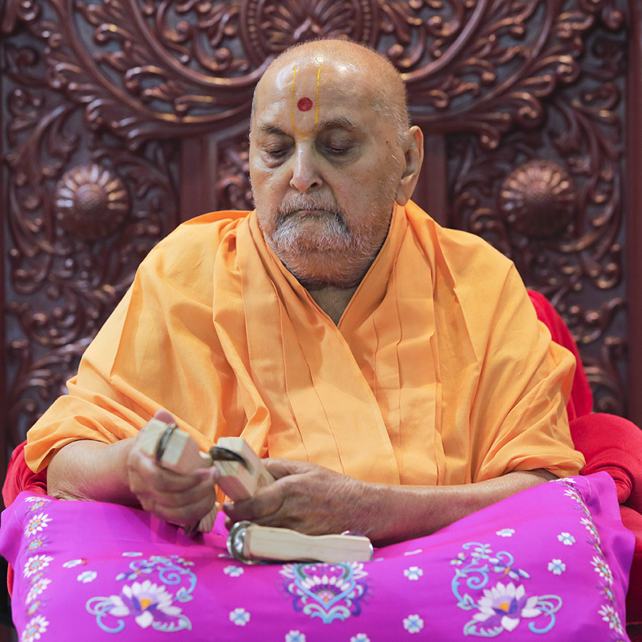 Swamishri plays a kartal