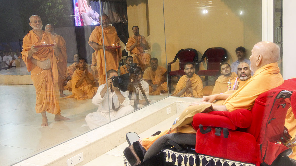 Sadhus doing arti of Thakorji