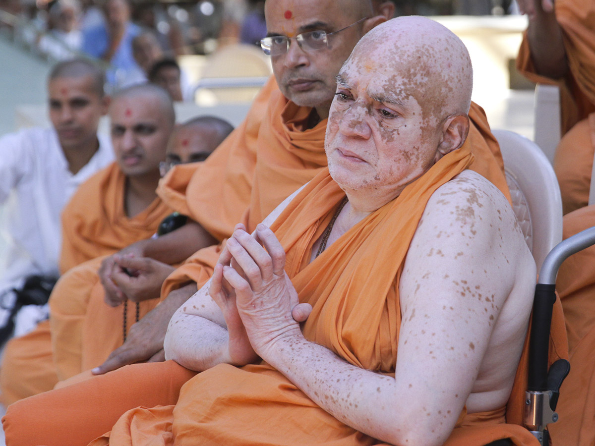 Devcharan Swami doing darshan of Swamishri