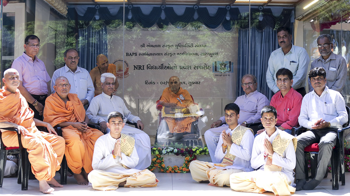 Swamishri with senior sadhus, guests and the new students
