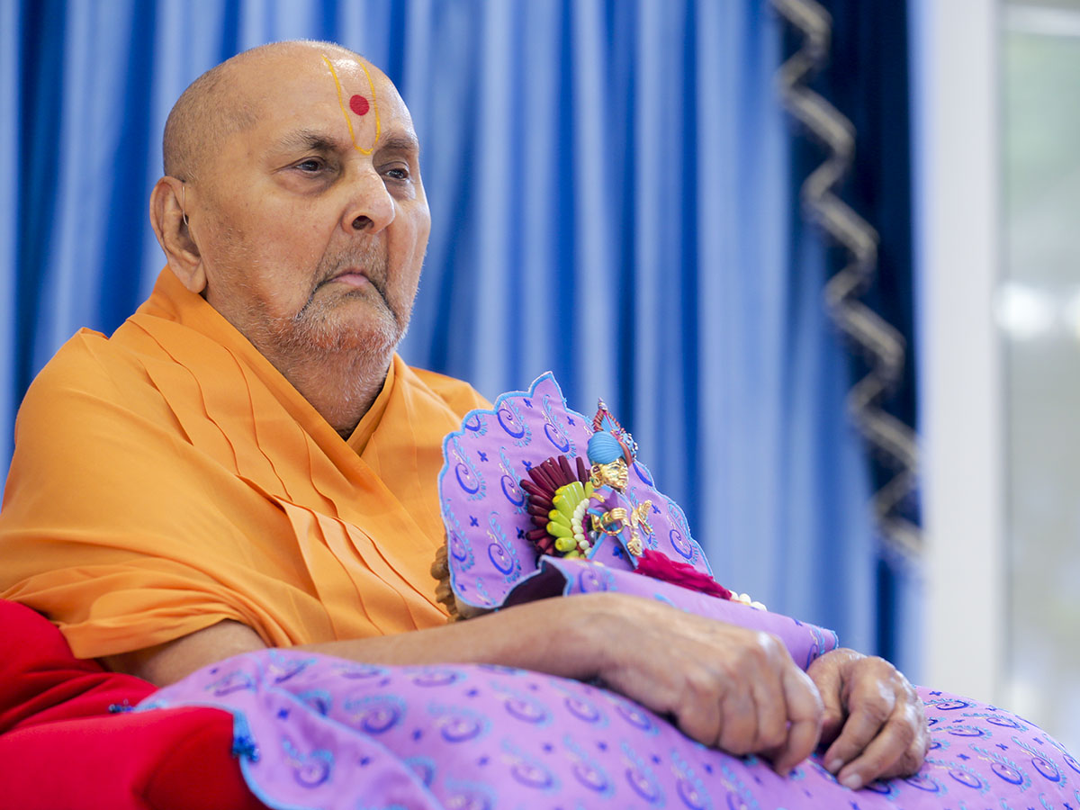 HH Pramukh Swami Maharaj arrives in the mandir grounds in the morning
